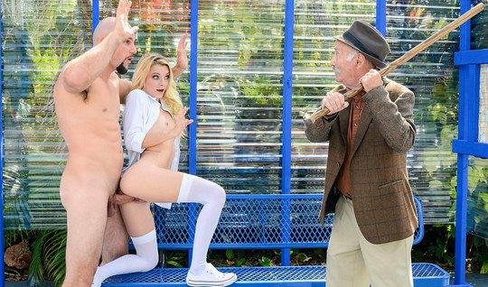 Молоденькая блондинка в чулках трахается в публичном месте...