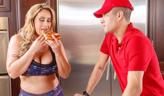 Блондинка с большими дойками соблазнила доставщика пиццы