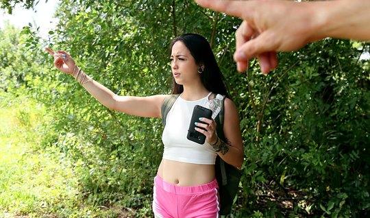 Молодой студент трахнул подругу на природе в узкий анал рачком и в пил...