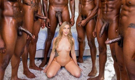 Стройная блондинка обкончалась от больших членов негров в групповом се...