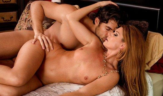 Раздвинув широко ноги, жена испытывает нежный оргазм от языка мужа в в...