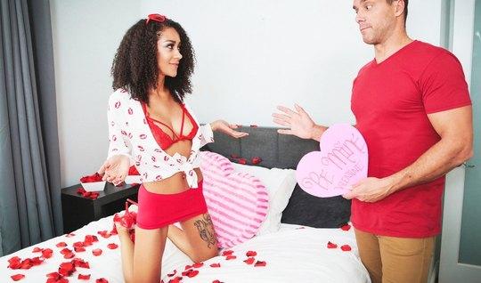 Стройная мулатка получила член между булок на кровати с лепестками роз...