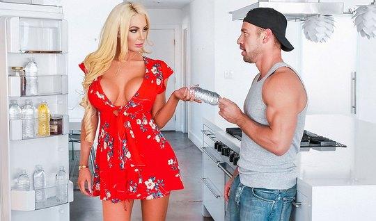 Блондинка изменяет толстяку с мускулистым красавчиком на кухонном полу...