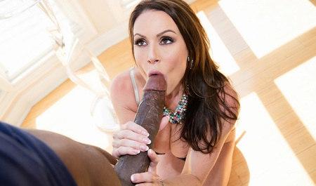 Грудастая женщина с удовольствие трахается с негром