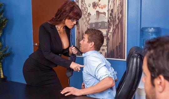 Деловая старуха трахается с боссом на офисном столе крупным планом...