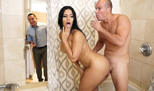 Мужик трахнул грудастую соседку в ванной пока муж в другой комнате...