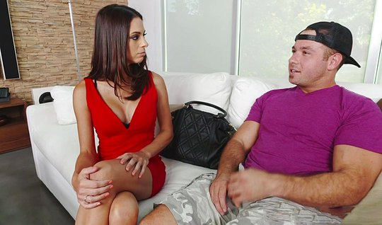 Брюнетка дала вылизать свои дырочки и трахнулась с парнем на диване
