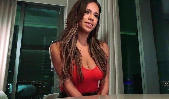 Мужчина на видео камеру снимает домашнее порно с грудастой брюнеткой