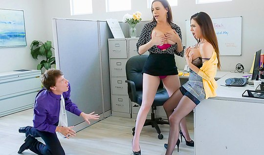 Пышногрудые девушки на каблуках попросили коллегу отодрать их в дырки ...