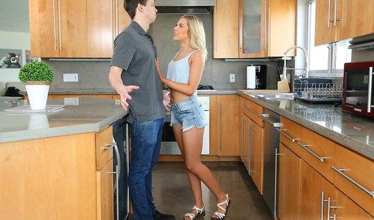 Муж присунул толстый ствол между булок на кухне жопастой блондинки...