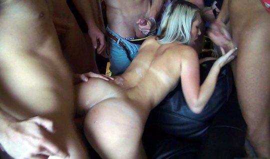 Пьяная блондинка по кругу на вечеринке предлагает свои дырки мужикам д...