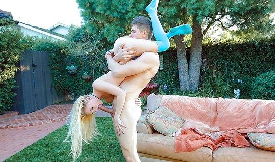 Молодая блондинка на природе на коленках делает парню глубокий минет...