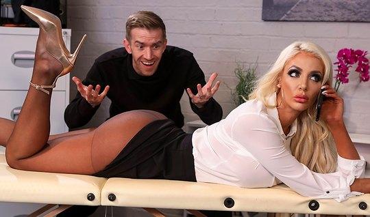Парень в офисе достал большой член и оттрахал грудастую блондинку...