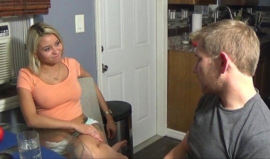 Блондинка не против домашнего порно на видео камеру с парнем...