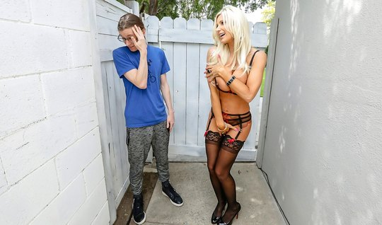Зрелая Британни Эндрюс с большими буферами пришла к очкастому соседу п...