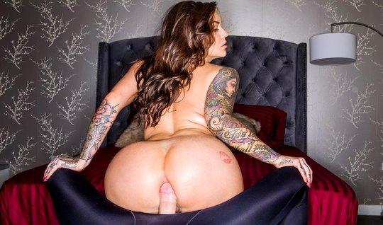 Татуированная Кармен Карма кончает от толстого члена любовника в попке...