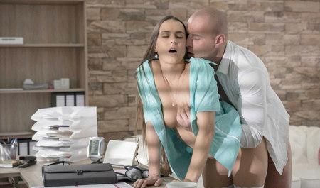 Сексуальная медсестра трахнулась с пациентом в кабинете