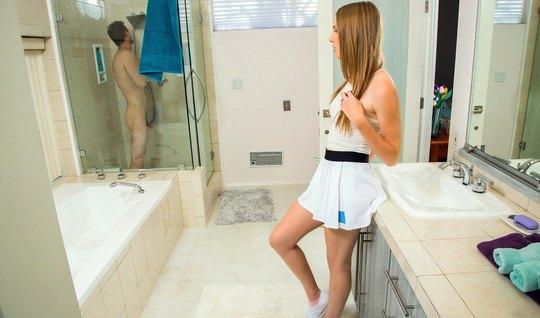 Рыжеволосая Эшли Лейн жестко трахается в ванной около зеркала с Райано...
