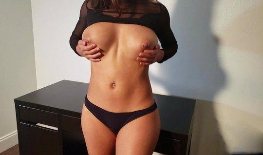 Брюнетка сняла черные трусики и занялась нежным домашним сексом с муже...