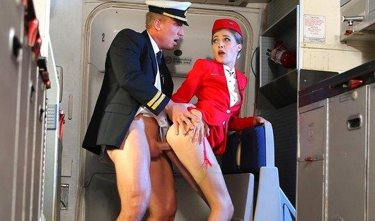 Стюардесса красотка во время полета трахается со вторым пилотом на бор...