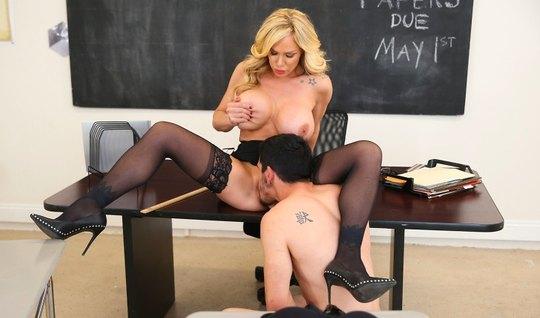 Студент в кабинете трахается с сексуальной и грудастой училкой в чулка...