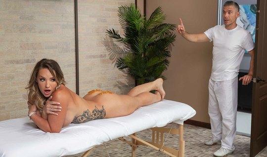 Девушка с большими дойками после массажа подставила попку для анала...