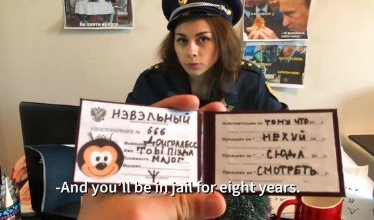 Русская пародия о страстных буднях очаровательной полицейской в форме...