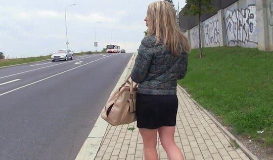 Блондинка согласилась не только на пикап, но и на секс в машине...