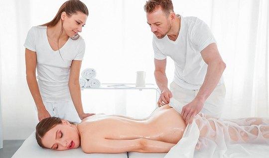 Клиентка с волосатой киской во время массажа согласилась на горячий тр...