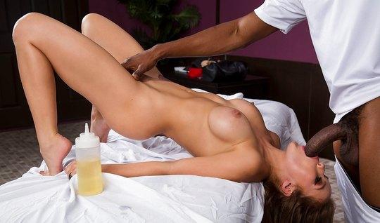 Во время эротического массажа негр присунул огромный член в пилотку ба...