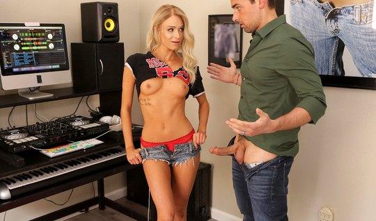 Красивая блондинка в музыкальной студии занимается сексом...