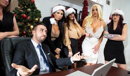 Парню толпа девушек подарили страстный секс в офисе под новый год