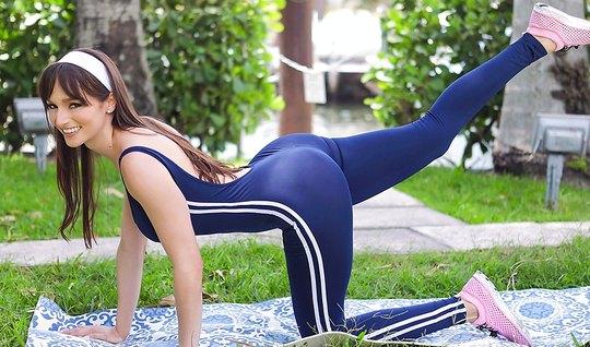 После занятий фитнесом жопастая мамочка занимается сексом...