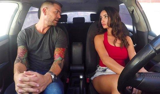 Инструктор по вождению прямо в машине проводит сексуальный экзамен...