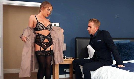 Секретарша с большими дойками пришла к боссу и дала себя отыметь...