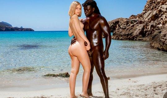 Негр с блондинкой на природе занимаются красивым сексом до оргазма