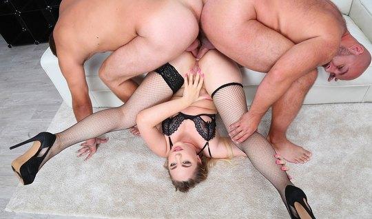 Два накаченных парня устроили для блондинки в чулках анал и двойное пр...