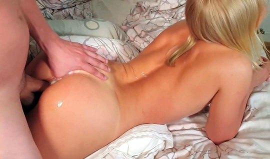 Муж с длинным членом трахает жену на камеру крупным планом на кровати...