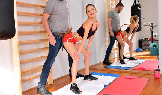 После спортивных занятий худенькая красотка подставила попу для анала...