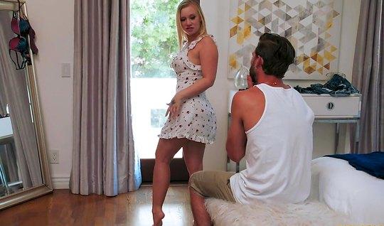 Парень зашел к блондинке в спальню и трахнул ее большую попку и влажну...