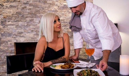 Повар устроил для блондинки в чулках горячий ужин с анальным сексом...