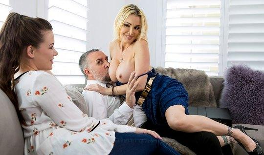 Белобрысая подружка жены с большими дойками трахается с мужем брюнетки...