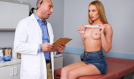 Грудастая блондинка в офисе доктора раздвинула ноги для секса...