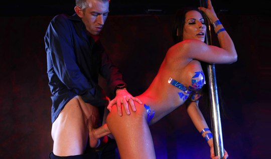 После стриптиза брюнетка с большими дойками обожает трахаться с мужски...
