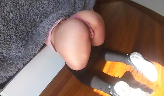 Девушка стоя раком спустила лосины и дала себя отыметь на камеру...