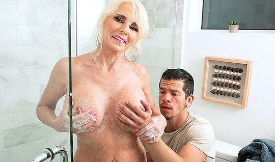 Зрелая дамочка после душа занимается сексом со своим пасынком