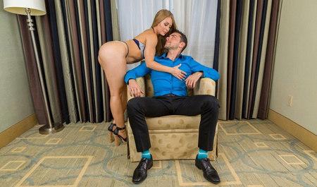 Сексуальная блондинка вечером нежно трахнулась со своим любовником...