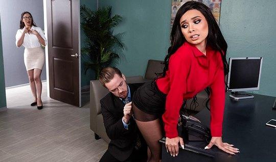 Секретарша в кабинете раздвинула ноги в чулках и подставила киску для ...
