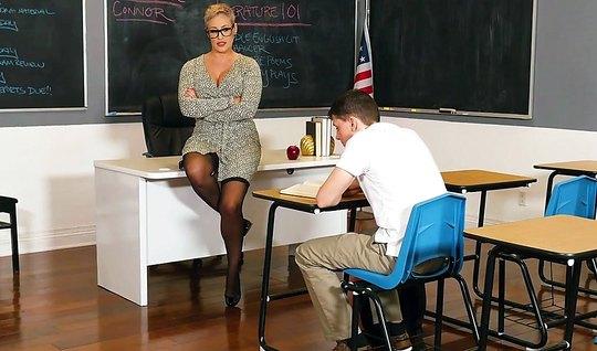 Зрелая училка в чулках соблазнила молодого студента на секс в кабинете
