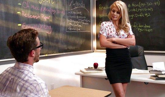 Студент и блондинка училка в чулках прямо в классе занимаются сексом
